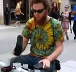 配管用の塩ビパイプで楽器を作った男性